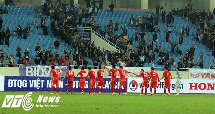 Đội tuyển cảm ơn sự ủng hộ của người hâm mộ (Ảnh: Nhạc Dương)