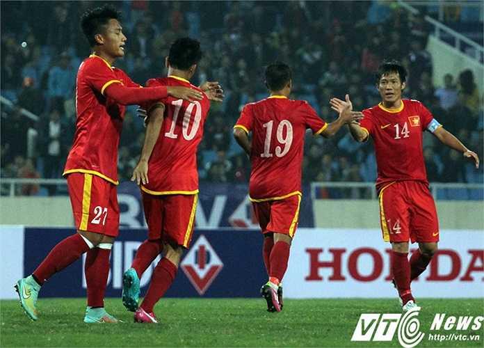 Văn Quyết đi bóng lắt léo, kiếm về quả phạt 11m cho Việt Nam. Chính anh thực hiện thành công, nâng tỷ số lên 2-1.(Ảnh: Nhạc Dương)