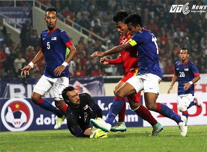 Nếu quyết đoán hơn, Hồng Quân đã có thể ghi bàn ở tình huống đối mặt với thủ môn này. (Ảnh: Nhạc Dương)