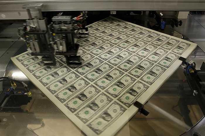 Xếp gọn gàng trước khi được cắt thành từng tờ tiền riêng rẽ
