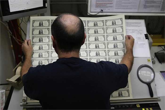 Các tấm tiền in xong được kiểm tra sau khi in