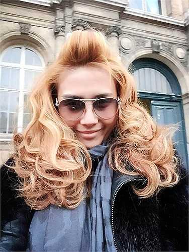 Võ Hoàng Yến và mái tóc xù mới.