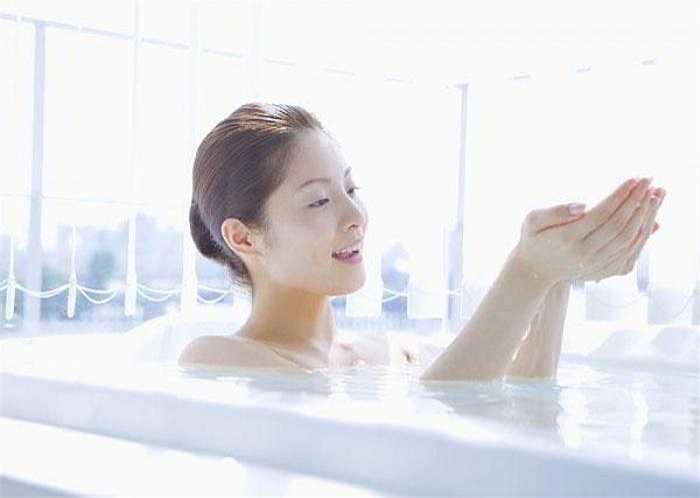 Tắm ngay sau khi ăn: Bạn dễ mắc phải các bệnh về đường tiêu hóa hay dạ dày vì cơ thể lúc đó đang phải gồng lên để chống chọi với nước lạnh.