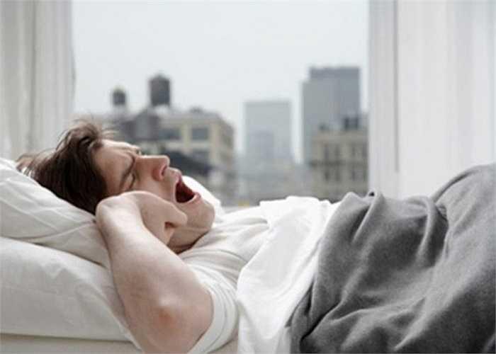 Tắm ngay sau khi ngủ dậy: Có thể khiến bạn cảm thấy chóng mặt, thậm chí gây hiện tượng tụt huyết áp, đột quỵ. Cộng thêm với việc nếu bạn tắm với nước quá nóng làm giãn mạch máu sẽ khiến máu không lưu thông lên não kịp thời, đau đầu, chóng mặt là chuyện khó tránh khỏi.