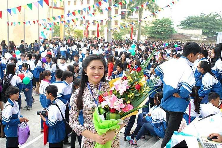 Cô giáo Lưu Thu Liên (THPT Chuyên Nguyễn Trãi, Hải Dương) rạng rỡ trong ngày kỉ niệm 30 năm thành lập trường