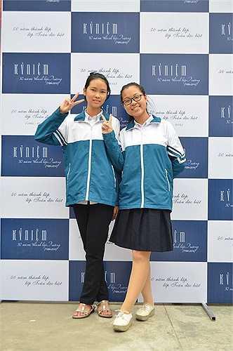 Hai nữ sinh đáng yêu trong bộ đồng phục của nhà trường