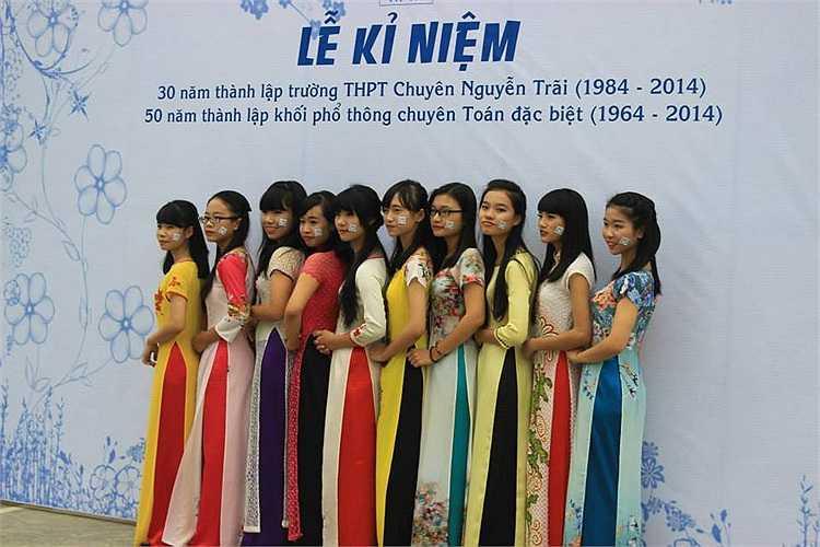 Các nữ sinh trong tà áo dài duyên dáng