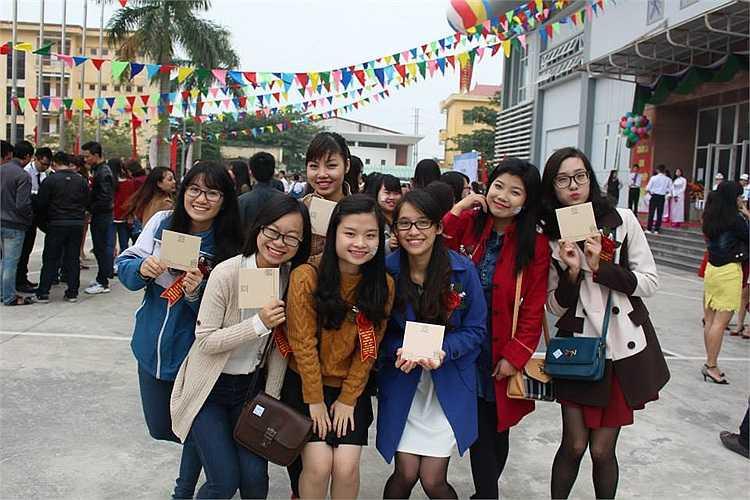 Những cựu học sinh chuyên Văn với những chiếc đĩa kỷ niệm của nhà trường