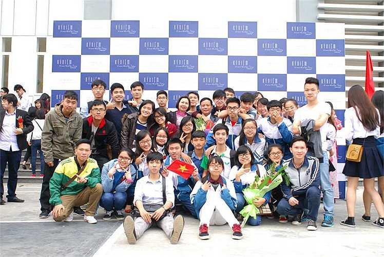 Chuyên Lý - Hoá chụp ảnh kỷ niệm trong ngày lễ trọng đại của mái trường