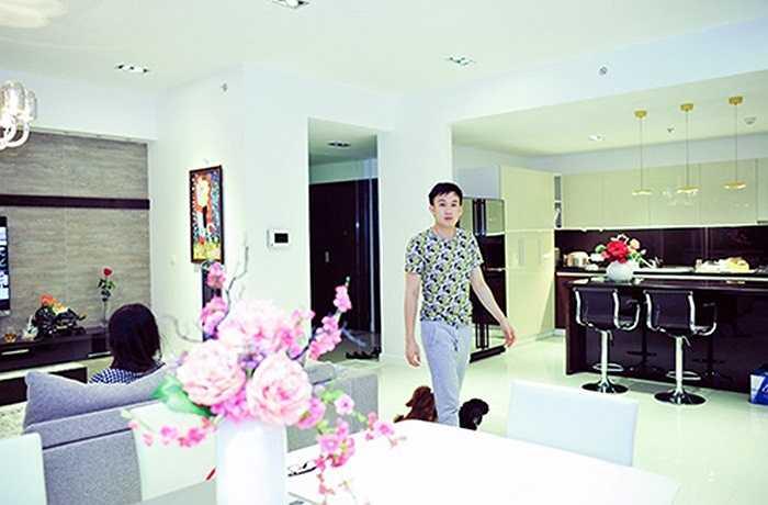 Dương Triệu Vũ mua căn hộ chung cư diện tích 170m2 với 3 phòng ngủ này được 1 năm. Căn hộ toạ lạc tại khu trung tâm sầm uất tại quận 7, TP.HCM với góc nhìn bao quát toàn cảnh thành phố.