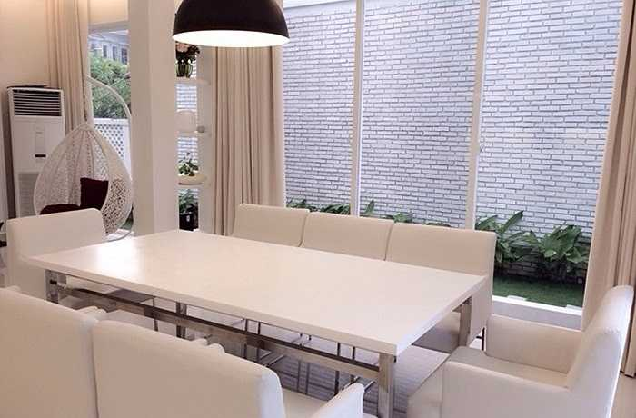 Khu vực bếp và phòng ăn nối liền với phòng khách