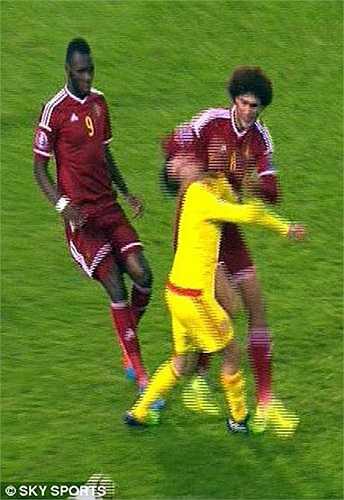 Quỷ đỏ Bỉ thậm chí suýt chút nữa đã phải chơi thiếu người khi Fellaini có tình huống thúc cùi chỏ vào mặt Joe Allen