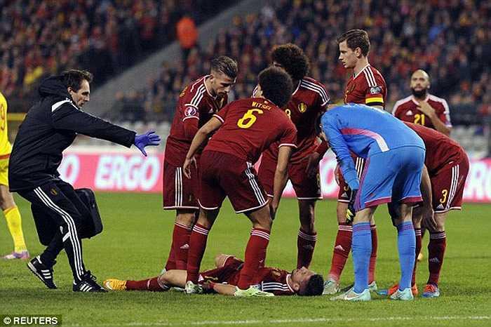 Pha va chạm với tiền đạo xứ Wales khiến cầu thủ đang khoác áo Napoli bị bất tỉnh