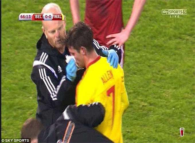 Tiền vệ xứ Wales phải nhờ tới sự chăm sóc của các bác sĩ mới có thể yên tâm rời sân