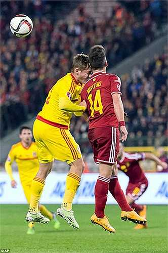 Ngoài pha bóng của Fellaini và Allen, trận cầu Bỉ - xứ Wales còn nhuốm đầy màu bạo lực