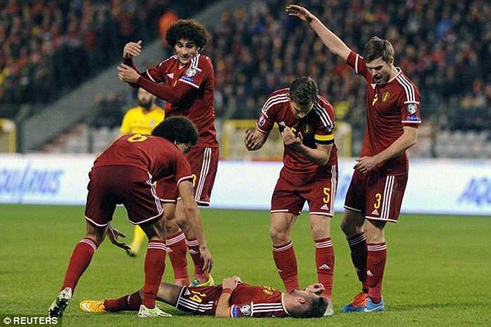 Dries Mertens sau khi vào thay Origi ở phút 73 cũng phải rời sân sớm sau khi bị chấn động não
