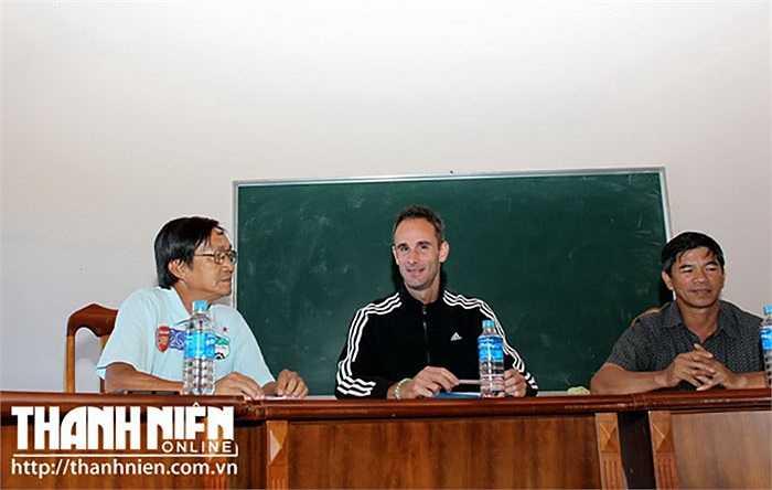Ngay khi đặt chân đến Gia Lai sáng ngày 17/11, HLV thể lực Anthony Dominique Debant đã làm việc với Ban giám đốc Công ty Cổ phần Thể thao HAGL xoay quanh việc cải thiện thể lực cho cầu thủ U.19 HAGL