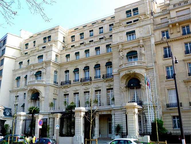 Shangri-La được biết đến là một trong những khách sạn và khu nghỉ dưỡng tốt nhất trong ngành công nghiệp dịch vụ. Năm 2003, Shangri được tạp chí Forbes đánh giá là khách sạn tốt nhất ở Paris. Khách sạn được xây trên dòng sông Senie, nơi từng là cung điện cháu trai của Napoleon Bonaparte và hoàng tử Roland Bonaparte.