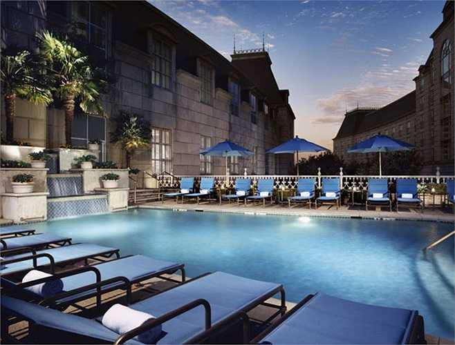 Rosewood Hotel là một tổ hợp gồm 11 khách sạn ở 9 quốc gia và 7 khu nghỉ dưỡng 5 sao độc quyền đặt tại các bãi biển, thậm chí là sa mạc với các dịch vụ thư giãn, thể thao, ẩm thực và nơi tổ chức các cuộc gặp riêng tư lý tưởng. Trong đó, Carlyle Hotel ở New York and Crillon Hotel ở Paris được xếp hạng là khách sạn đẳng cấp nhất thế giới.