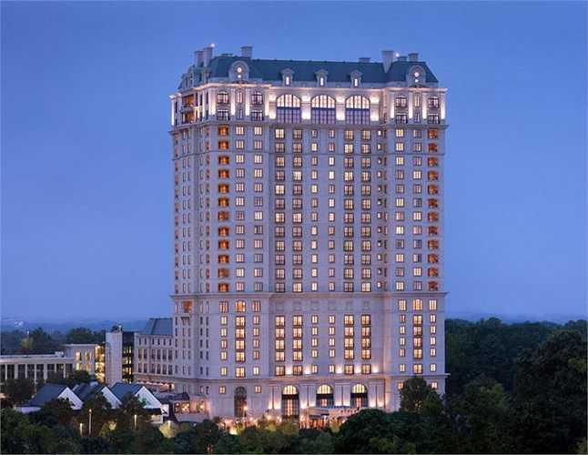 St Reis được xây dựng năm 1904 bởi thương gia giàu nhất nước Mỹ John Jacob Astor IV, sau đó nó được bán lại cho Starwood và phát triển thành chuỗi hệ thống khách sạn hạng sang trên khắp nước Mỹ, Trung Quốc, Indonesia, Ý , Mexico…  Bạn có thể tượng tưởng, giá mỗi phòng ở đây không rẻ hơn 1.045$ một đêm.