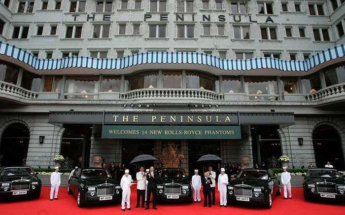 Peninsula Hotels  chỉ gồm 9 khách sạn nhưng được biết đến bởi sự thuận tiện nhất về giao thông. Nếu bạn yêu cầu, khách sạn sẽ đón bạn bằng cả đường không, đường biển và đường bộ với các chuyên cơ, du thuyền và một dàn xe Rools Royce.