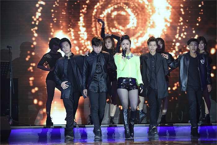 Nhật Kim Anh gợi cảm với trang phục cá tính, trình bày ca khúc 'Kết thúc'. Cô nhận được nhiều lời khen từ giám khảo Ngọc Anh.