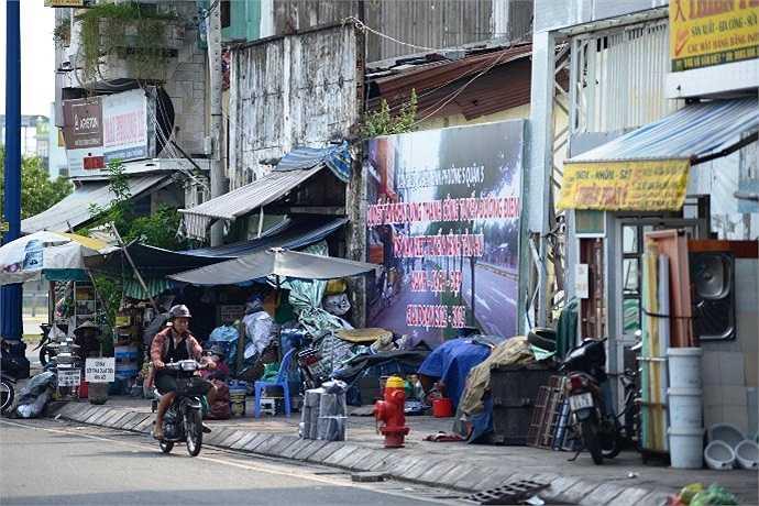 Buôn bán nhếch nhác trên đại lộ. (Ảnh Quang Hưng)