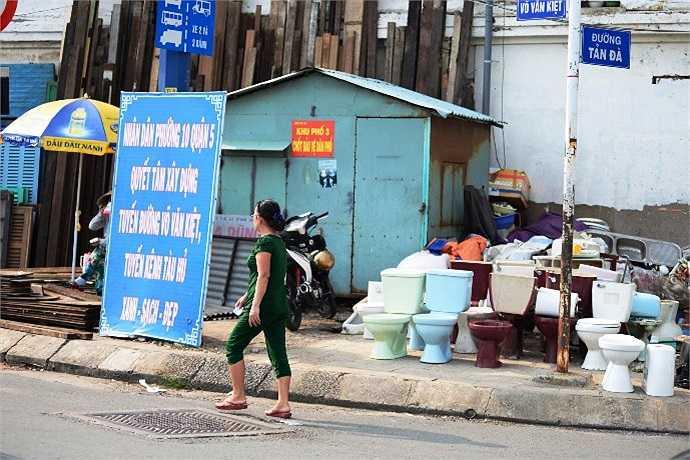 Buôn bán nhếch nhác ngay chốt bảo vệ dân phố. (Ảnh Quang Hưng)
