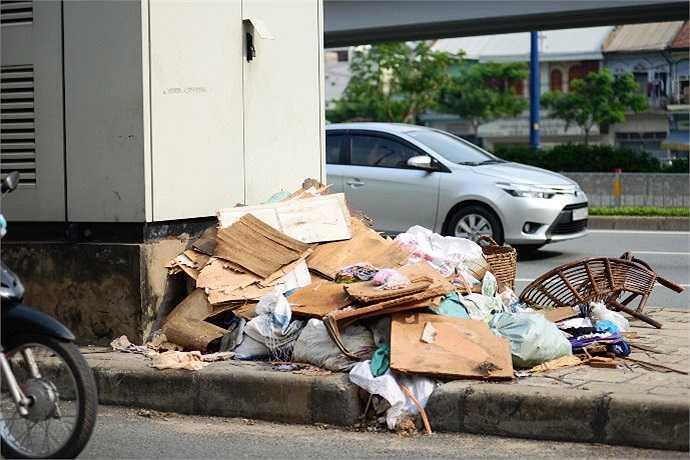 Những đống rác đang làm cho đại lộ hiện đại bậc nhất TP.HCM xấu xí khác thường. (Ảnh Quang Hưng)