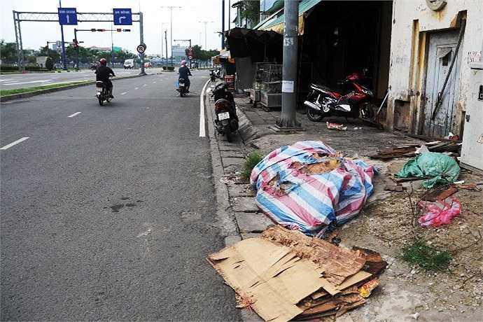 Dọc hai bên đường trên đại lộ rác rưởi còn nhếch nhác bốc mùi hôi thối rất khó chịu. (Ảnh Quang Hưng)