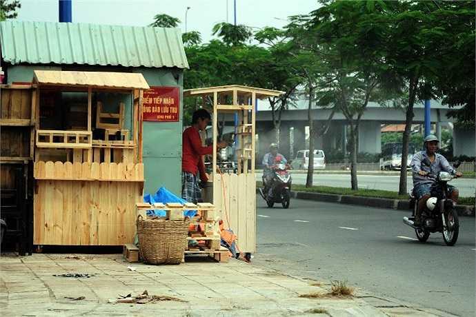 Vô tư bán hàng, vứt rác bừa bãi bên lề đường... (Ảnh Quang Hưng)