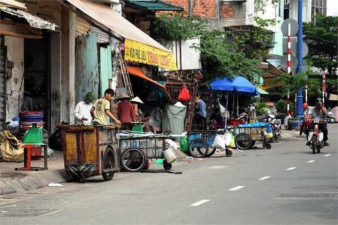 Lề đường như cái chợ để nhiều người tụ tập bán hàng. (Ảnh Quang Hưng)