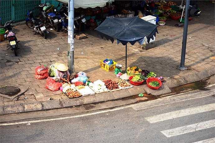 Bày bán hoa quả trên lề đường nghìn tỷ đẹp nhất TP.HCM. (Ảnh Quang Hưng)