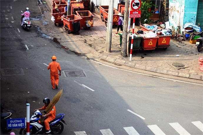 Bãi rác 'tập kết' bên lề đường đại lộ Võ Văn Kiệt bốc mùi hôi thối làm ảnh hưởng đến cuộc sống người dân. (Ảnh Quang Hưng)