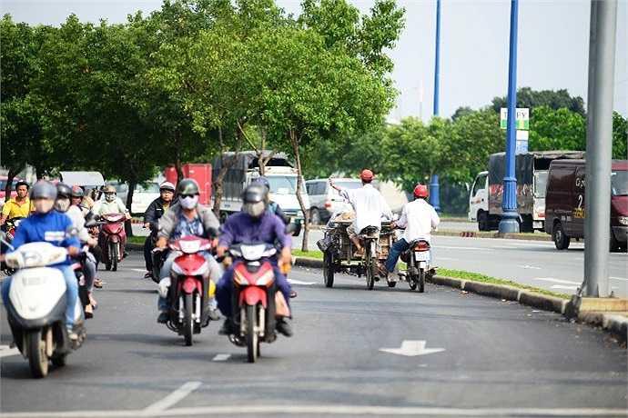 Những hình ảnh thế này thường xuyên xuất hiện trên đại lộ Võ Văn Kiệt mỗi ngày. (Ảnh Quang Hưng)