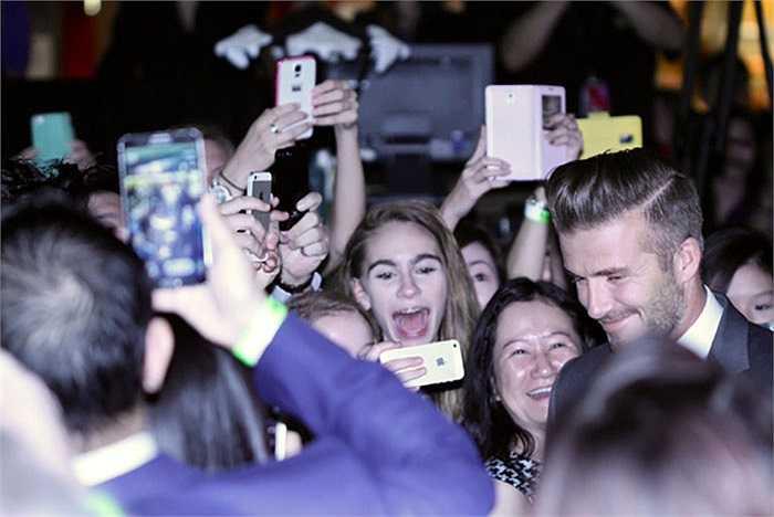 Ngay lập tức, chàng tiền vệ điển trai khiến 1000 fan phấn khích khi xuát hiện tại khách sạn Marina Bay Sands trong buổi lễ thắp sáng cây thông Noel khởi động mùa Giáng sinh