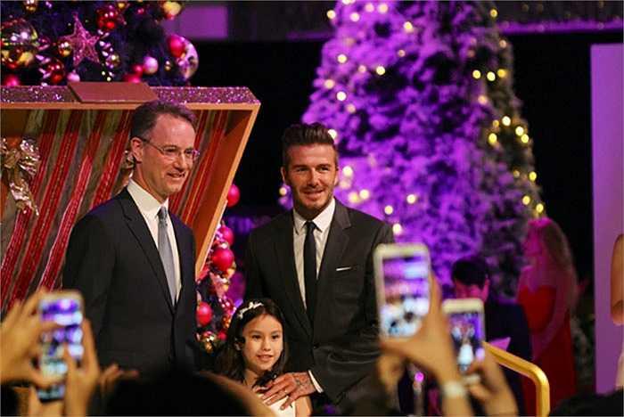 Anh là khách mời đặc biệt trong buổi lễ mở hộp quà trang trí để treo lên cây thông