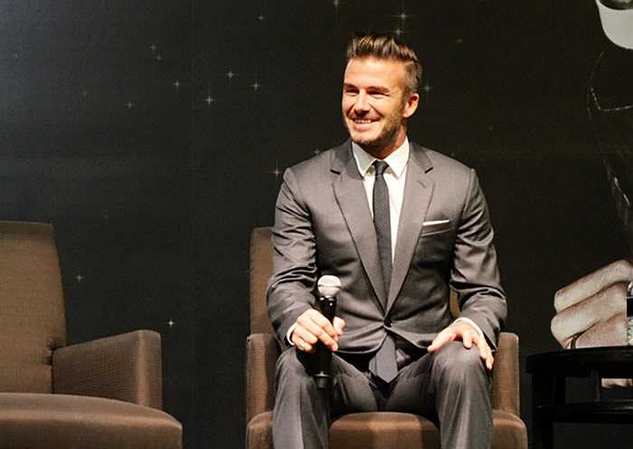 Cũng giống như ở Việt Nam trước đó, Beckham luôn tươi cười trong suốt buổi lễ