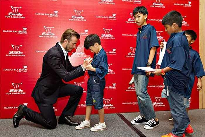 Trước khi trở về Anh, Becks tiếp tục có buổi giao lưu với khoảng 60 em nhỏ khiếm thính tại Marina Bay Sands vào tối qua