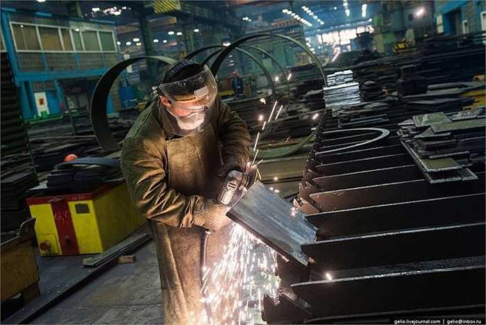 Công nhân bên trong xưởng đóng tàu ngầm của Nga
