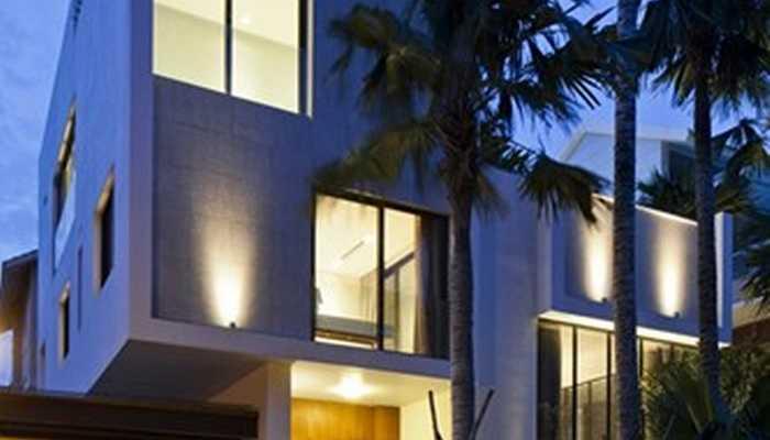 Căn nhà nổi bật trong khung cảnh đêm nhờ hệ thống chiếu sáng hiện đại.
