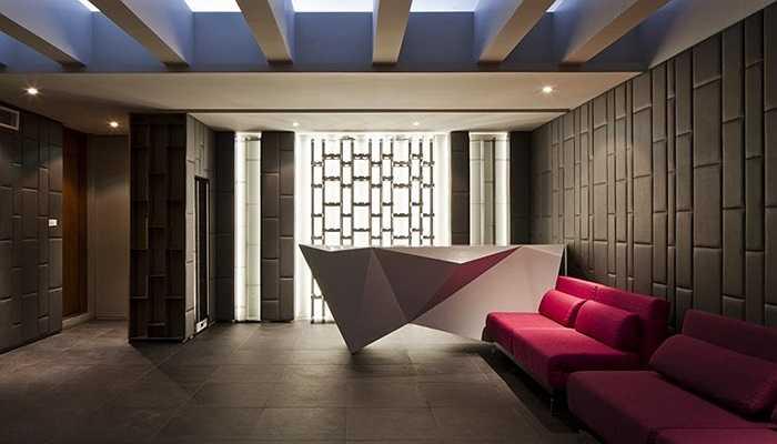 Trong hình là phòng giải trí tầng hầm, có quầy bar, hình khối điêu khắc bằng những khối đa diện màu trắng.