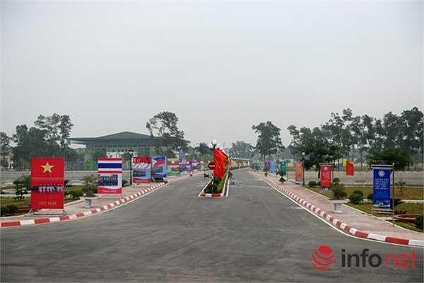 Đường dẫn vào khán đài được treo cờ và hình ảnh quân đội của các nước tham dự AARM-24. (Theo Infonet)