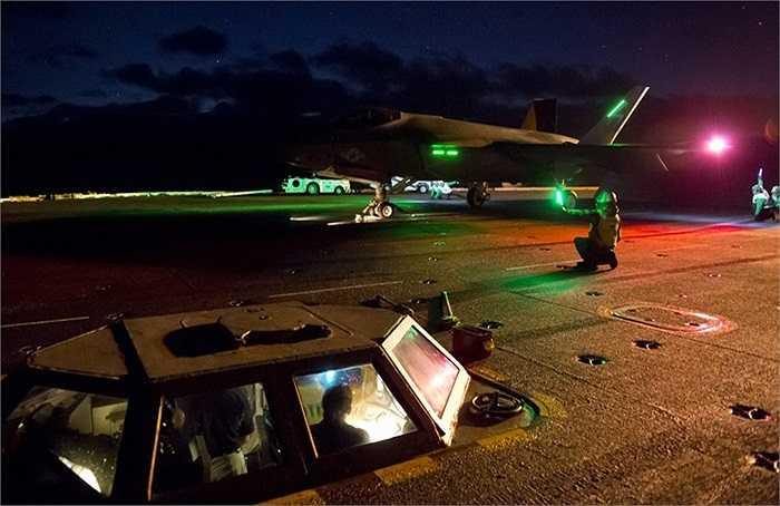 Chiến đấu cơ F-35C của Mỹ cất hạ cánh thành công trên tàu sân bay USS Nimitz vào ban đêm