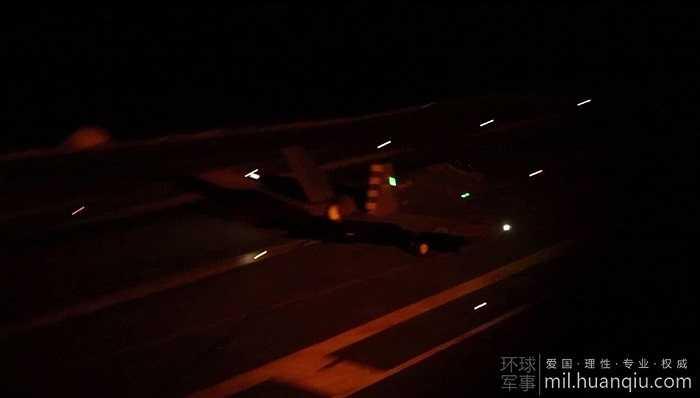 Siêu chiến cơ F-35C di chuyển trên sàn tàu sân bay USS Nimitz