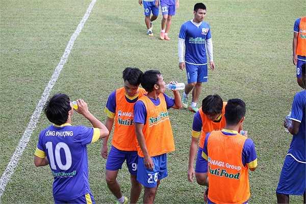 Thời tiết nóng bức tại Gia Lai khiến các cầu thủ mất khá nhiều sức và phải tiếp nước liên tục
