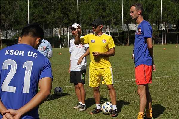 Anthony và thầy Giôm thay phiên nhau đưa ra những chỉ đạo cho các cầu thủ