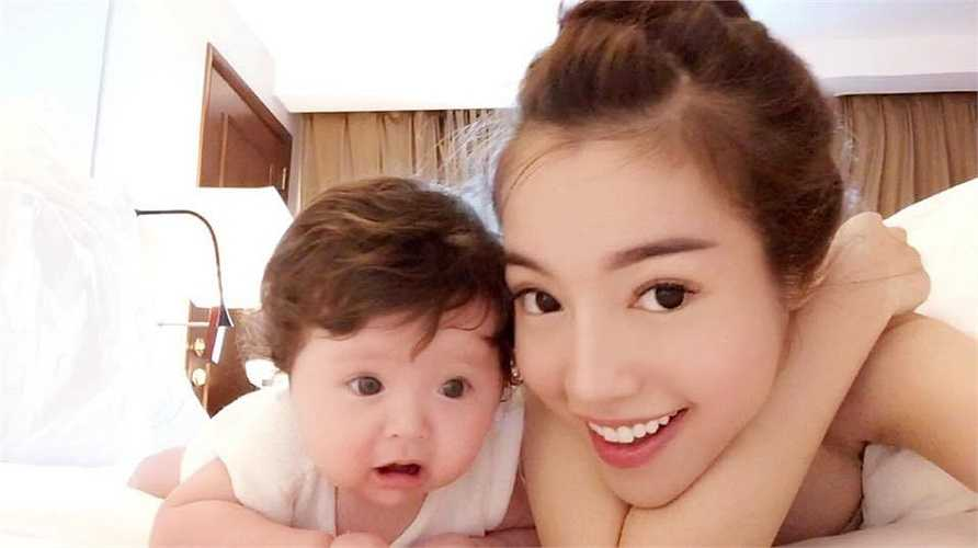 Elly Trần chia sẻ những hình ảnh vui đùa bên con gái có tên gọi Mộc Trà vô cùng dễ thương.