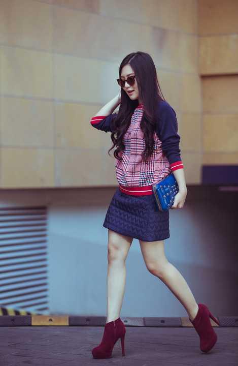 Cách đây ít tháng, Hương Tràm liên tục bị gắn mác là ca sỹ ăn mặc thảm họa của showbiz. Cũng do việc ăn mặc không phù hợp đã khiến Hương Tràm bị cấm diễn 3 tháng tại Hà Nội. Nhận ra được điều cần thay đổi, cô nàng đã cùng ekip mới lên kế hoạch để thay đổi bản thân.