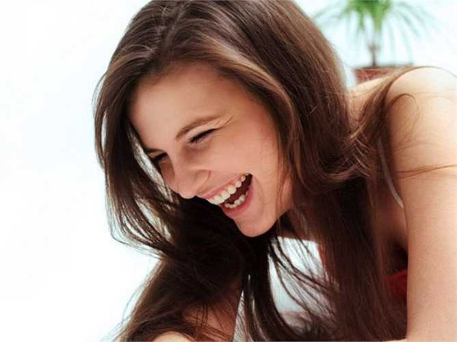 Cười nhiều: Các chuyên gia đều cho rằng tiếng cười là liều thuốc giảm đau tốt nhất. Tiếng cười làm giảm căng thẳng, đốt cháy calo và cũng làm giảm bớt đau đớn bằng cách giải phóng endorphins là thuốc giảm đau tự nhiên.
